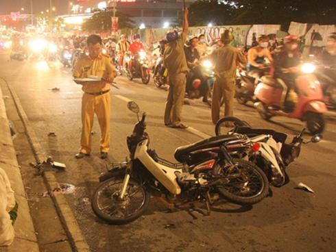 Ôtô tông hàng loạt xe máy, 1 người chết, nhiều người bị thương