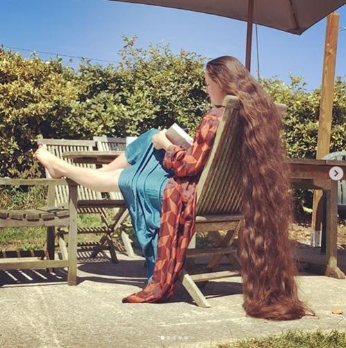 Người phụ nữ 20 năm không cắt tóc, gội đầu để trở thành công chúa tóc mây-4