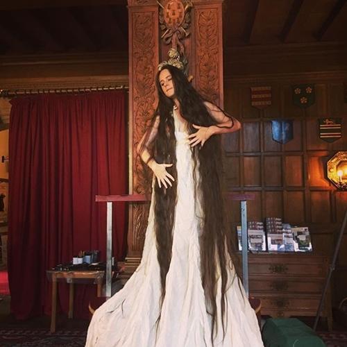 Người phụ nữ 20 năm không cắt tóc, gội đầu để trở thành công chúa tóc mây-5