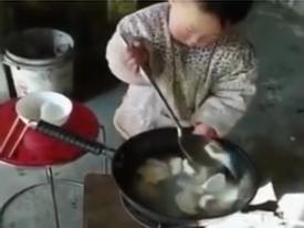 Em bé 2 tuổi làm việc nhà thoăn thoắt khiến dân tình vừa phục vừa thương