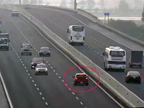'Hung thần' lao vun vút ngược chiều trên cao tốc Nội Bài - Lào Cai