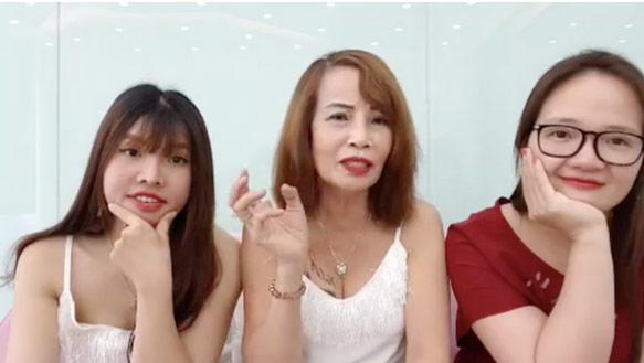 Livestream thay đến 4 bộ váy mát mẻ thể hiện độ chịu chơi, cô dâu 61 tuổi bị chỉ trích quá lố-3