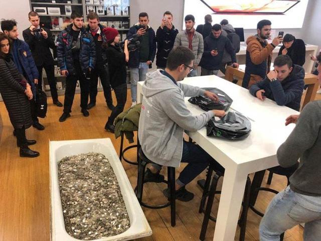 Nhóm thanh niên vác cả... bồn tắm tiền xu đi mua iPhone XS