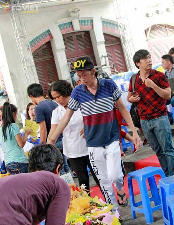 Giàu hiếm ai bằng nhưng Hoài Linh vẫn chỉ mặc áo thun bình dân-6