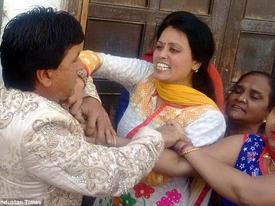 Đang tổ chức đám cưới, chú rể bị vợ cũ xé rách áo và đấm vào mặt
