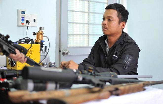 Thợ cắt tóc bị bắt cùng 4 khẩu súng tự chế và hàng trăm viên đạn-1