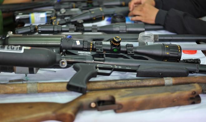 Thợ cắt tóc bị bắt cùng 4 khẩu súng tự chế và hàng trăm viên đạn-2