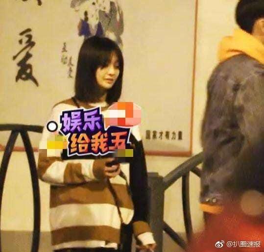Nữ thần thanh xuân Trịnh Sảng bị bắt gặp phì phèo thuốc lá dù đang ngồi trước mặt bạn trai-2