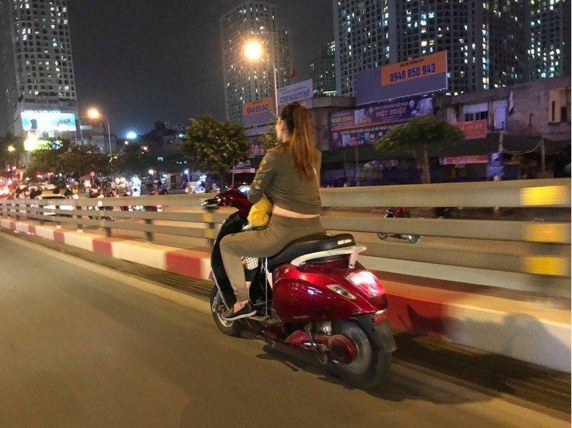 Bà mẹ 1 tay lái xe máy, 1 tay ôm con bú trên đường-2