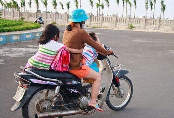 Bà mẹ 1 tay lái xe máy, 1 tay ôm con bú trên đường-6
