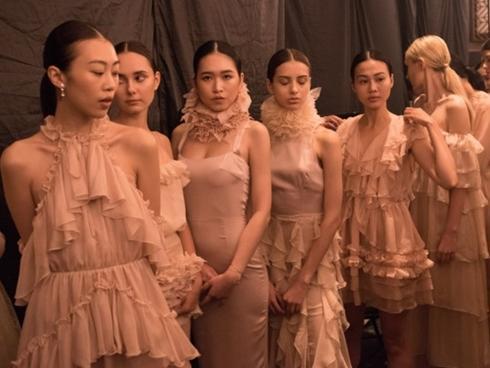 Người mẫu diễn tuần lễ thời trang: Ăn ngủ vật vờ, bị nợ cát-xê nửa năm-4
