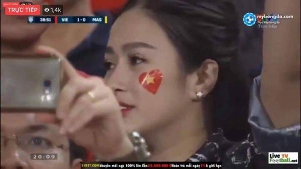 Chiếm sóng chỉ vài giây trong trận Việt Nam - Malaysia nhưng loạt nữ CĐV này khiến dân tình bấn loạn-5
