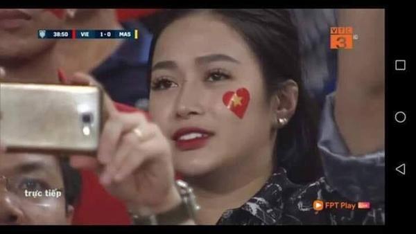 Chiếm sóng chỉ vài giây trong trận Việt Nam - Malaysia nhưng loạt nữ CĐV này khiến dân tình bấn loạn-6