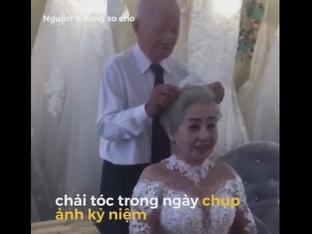 Cụ ông chải tóc cho cụ bà đầy hạnh phúc trong kỷ niệm 50 năm ngày cưới