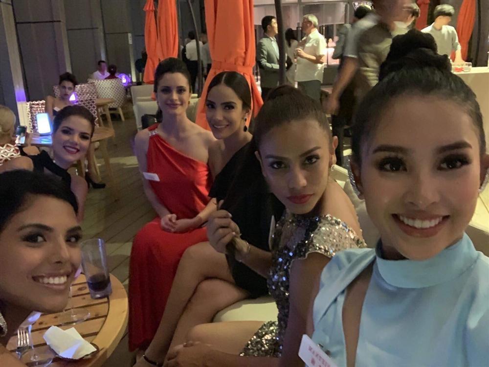 THẬT TUYỆT VỜI: Tiểu Vy đã lọt vào tầm ngắm của bà chủ tịch Miss World nhờ liên tục mặc váy hồng - xanh chuẩn phong thủy-1