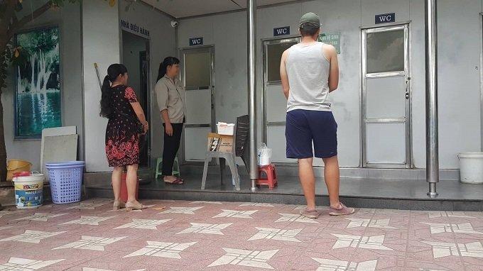 Cô gái đeo đầy vàng và hành vi xấu hổ ở nhà vệ sinh bến xe-3