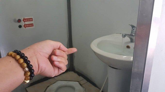 Cô gái đeo đầy vàng và hành vi xấu hổ ở nhà vệ sinh bến xe-4
