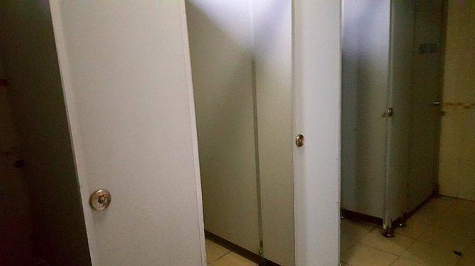 Cô gái đeo đầy vàng và hành vi xấu hổ ở nhà vệ sinh bến xe-2