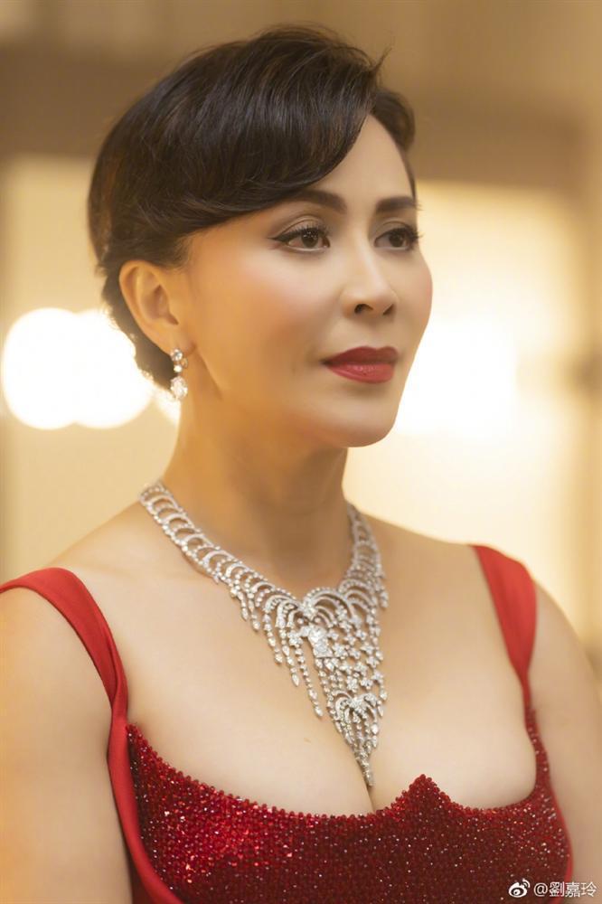 52 tuổi mà Lưu Gia Linh vẫn sở hữu vóc dáng nuột nà, vòng 1 nóng bỏng gái 18 còn thua xa-4