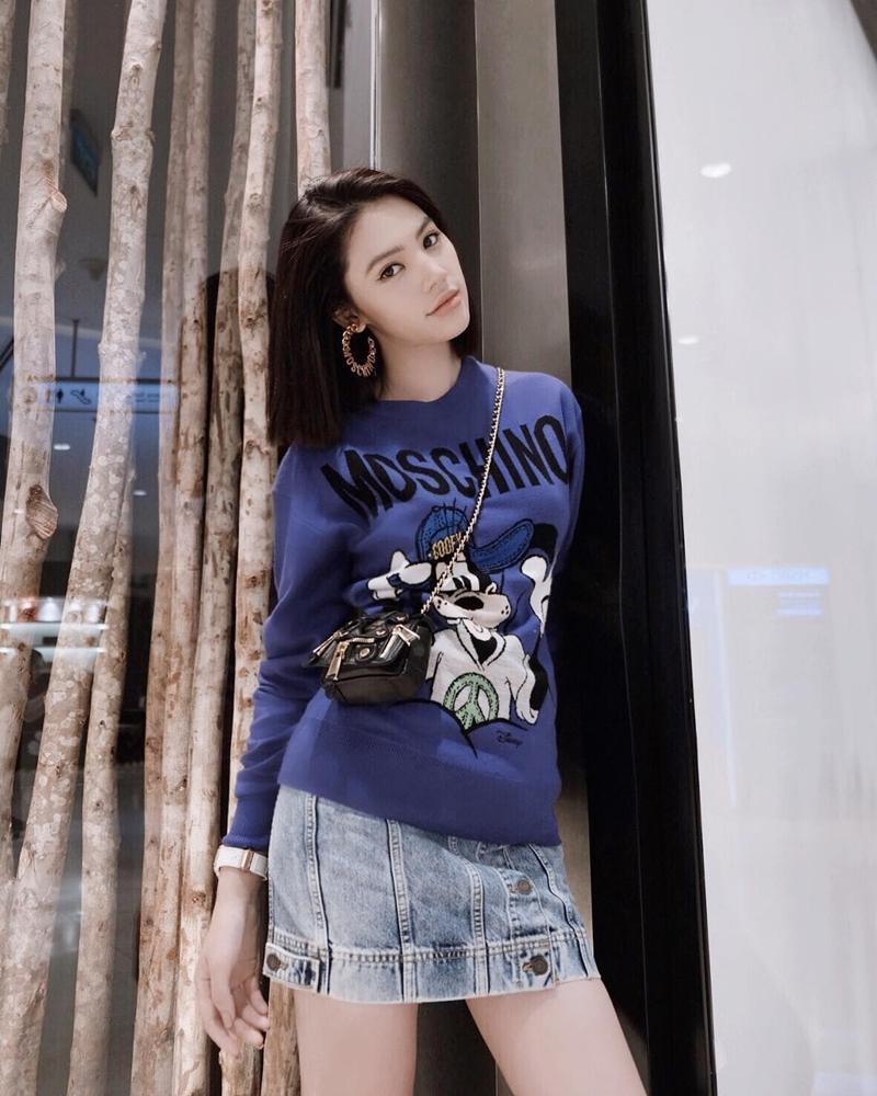 Mặc chị em đón đầu xu hướng với áo sweater đa sắc màu, Chi Pu mát mẻ diện váy rộng thùng thình như bà bầu-4