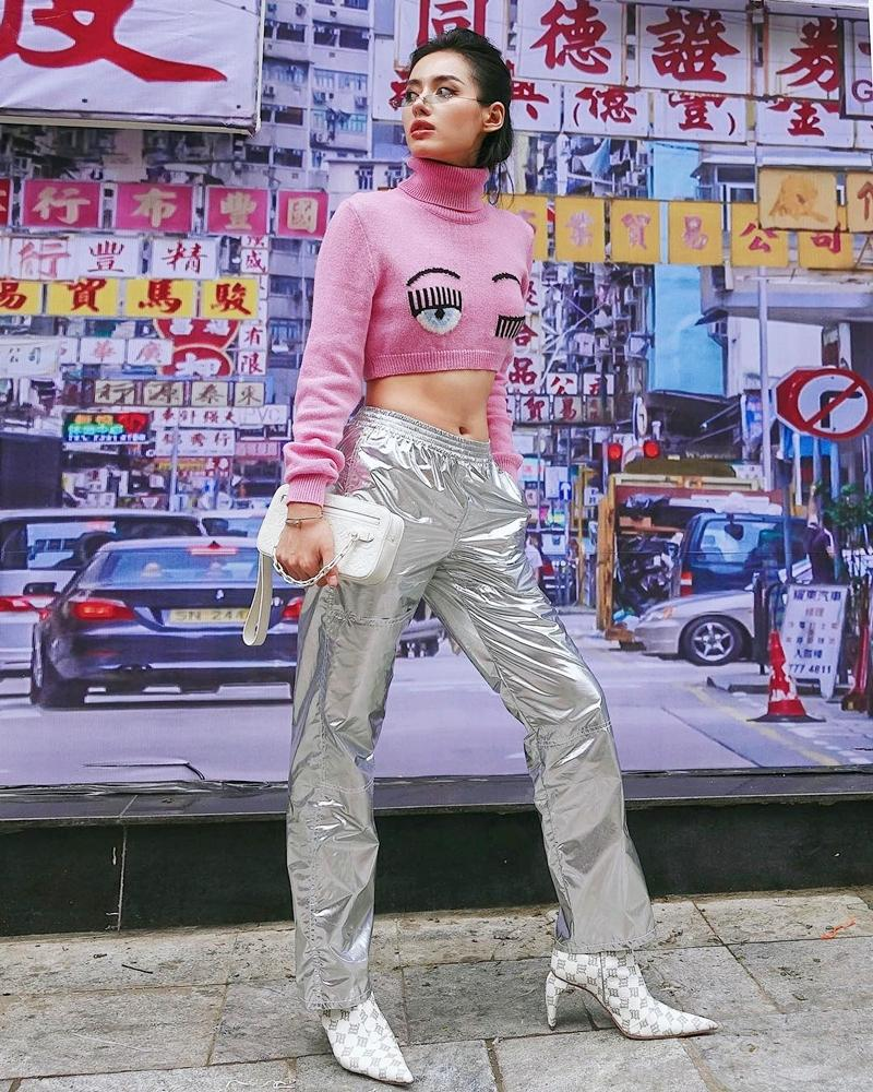 Mặc chị em đón đầu xu hướng với áo sweater đa sắc màu, Chi Pu mát mẻ diện váy rộng thùng thình như bà bầu-5