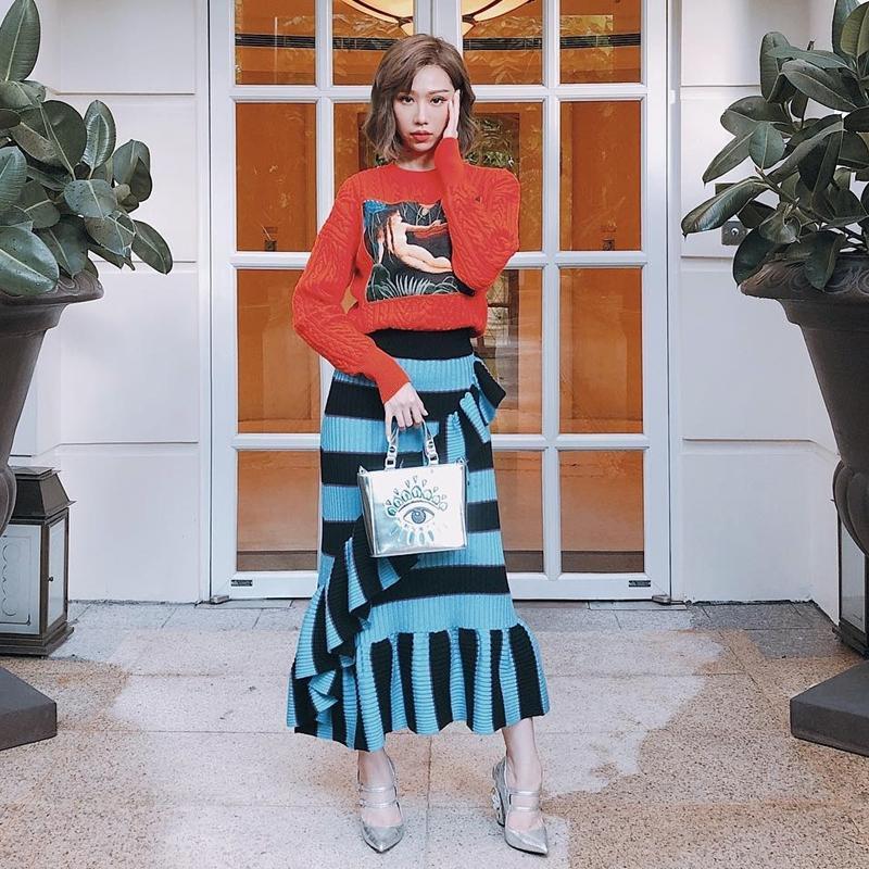 Mặc chị em đón đầu xu hướng với áo sweater đa sắc màu, Chi Pu mát mẻ diện váy rộng thùng thình như bà bầu-6
