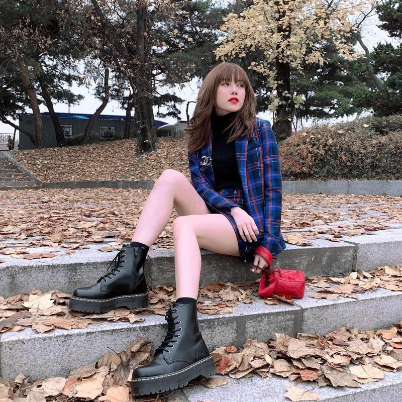 Mặc chị em đón đầu xu hướng với áo sweater đa sắc màu, Chi Pu mát mẻ diện váy rộng thùng thình như bà bầu-11
