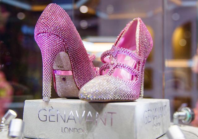 Chiêm ngưỡng đôi giày cao gót giá 100 tỷ đồng chỉ dành cho giới siêu giàu-1