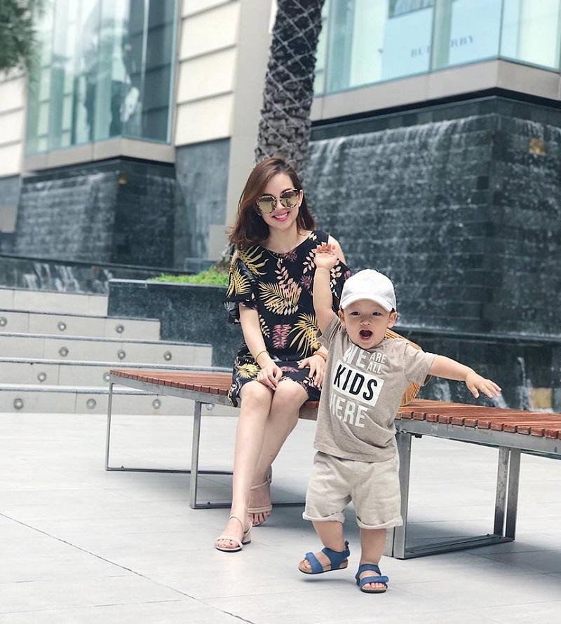 Giống như nhiều em bé nhà sao Việt khác, bé Khoai Tây cũng được mẹ Khánh Ly chăm chút cho từ trang phục cho tới phụ kiện.