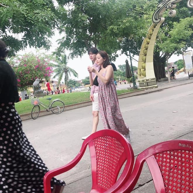 Mặc chị em đón đầu xu hướng với áo sweater đa sắc màu, Chi Pu mát mẻ diện váy rộng thùng thình như bà bầu-1