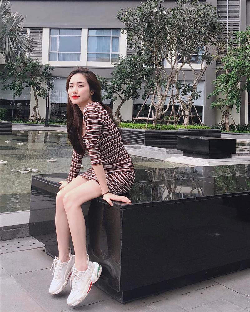 Mặc chị em đón đầu xu hướng với áo sweater đa sắc màu, Chi Pu mát mẻ diện váy rộng thùng thình như bà bầu-8