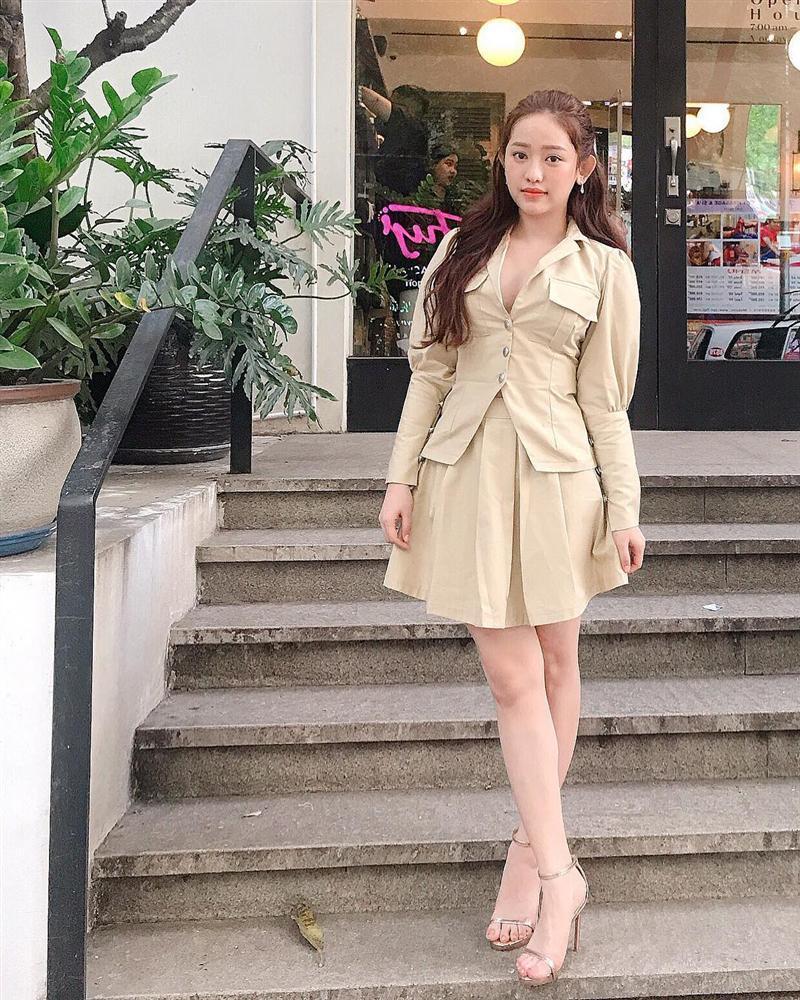 Mặc chị em đón đầu xu hướng với áo sweater đa sắc màu, Chi Pu mát mẻ diện váy rộng thùng thình như bà bầu-9