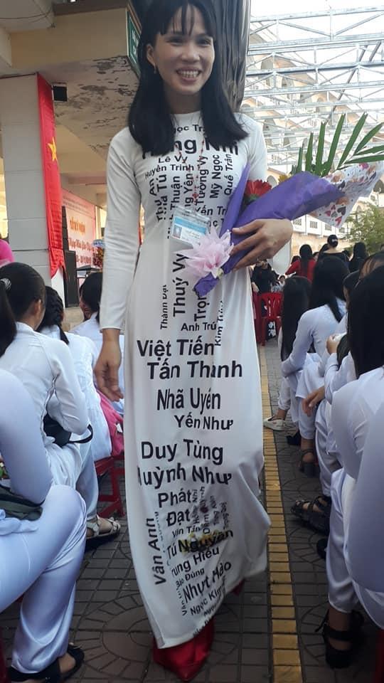 Khi cô giáo quá yêu nghề: Dán hết tên học sinh lên áo dài diện tới trường ngày 20/11 khiến cả thế giới bất ngờ-2