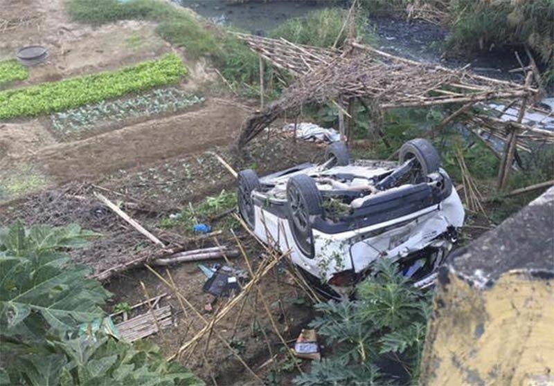 Nữ tài xế lái CX5 lao thẳng xuống mương nước thải tại Hà Nội-3