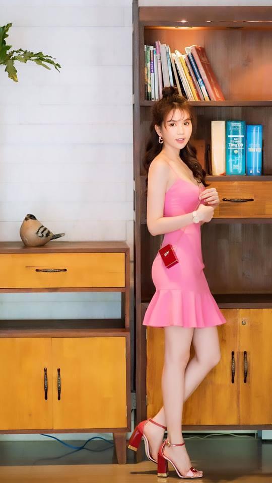 Không kém cạnh Mai Phương Thúy hay Khánh Linh, Ngọc Trinh cũng tậu túi xách mini chỉ để vừa thỏi son-6