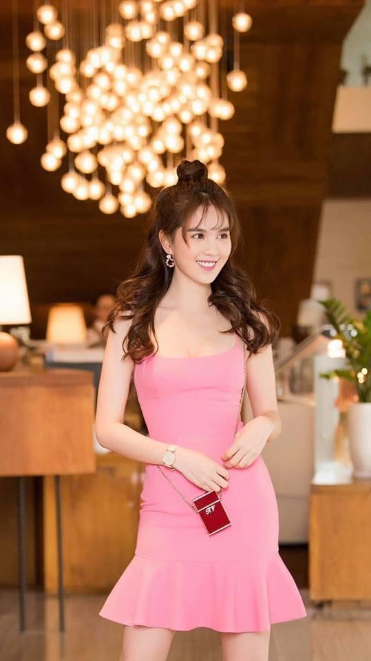 Không kém cạnh Mai Phương Thúy hay Khánh Linh, Ngọc Trinh cũng tậu túi xách mini chỉ để vừa thỏi son-7