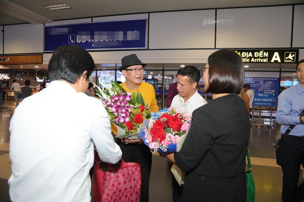 Cụ bà 90 tuổi ra tận sân bay đón phượng hoàng nhạc Vàng, đòi mổ trâu thết đãi Tuấn Vũ-2
