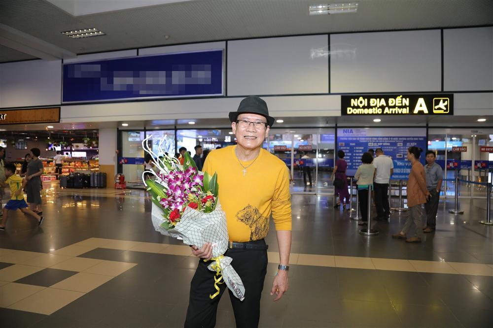 Cụ bà 90 tuổi ra tận sân bay đón phượng hoàng nhạc Vàng, đòi mổ trâu thết đãi Tuấn Vũ-1