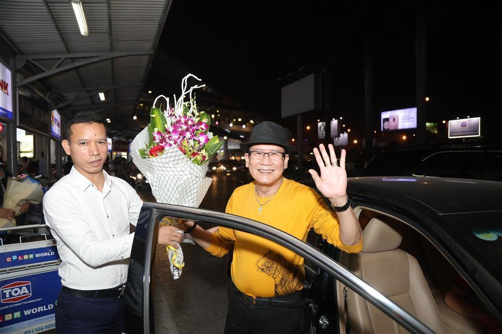 Cụ bà 90 tuổi ra tận sân bay đón phượng hoàng nhạc Vàng, đòi mổ trâu thết đãi Tuấn Vũ-4