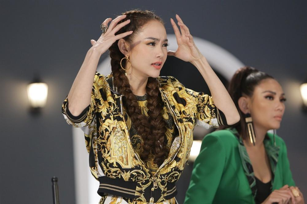 Những khung hình cho thấy Minh Hằng luôn có sự lọt thỏm không hề nhẹ khi catwalk với Thanh Hằng và Võ Hoàng Yến-16