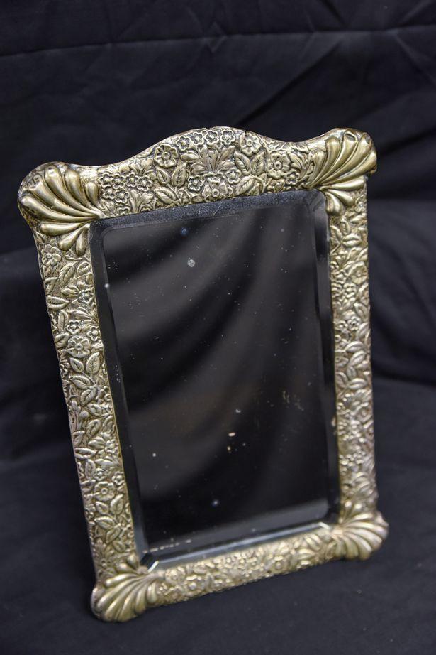 Câu chuyện rùng rợn xung quanh chiếc gương ma ám của thuyền trưởng tàu Titanic-1