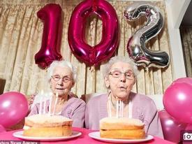 Cặp đôi song sinh 102 tuổi chia sẻ bí quyết sống trường thọ