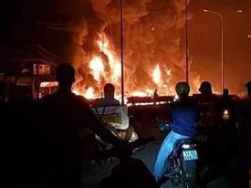 Xe bồn chở xăng gây cháy cả khu phố, 6 người chết