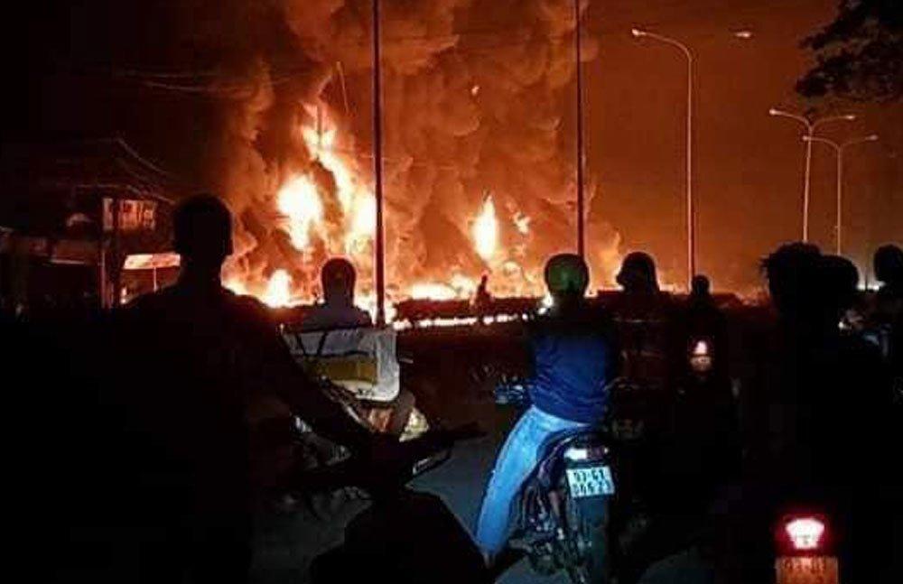 Xe bồn chở xăng gây cháy cả khu phố, 6 người chết-1