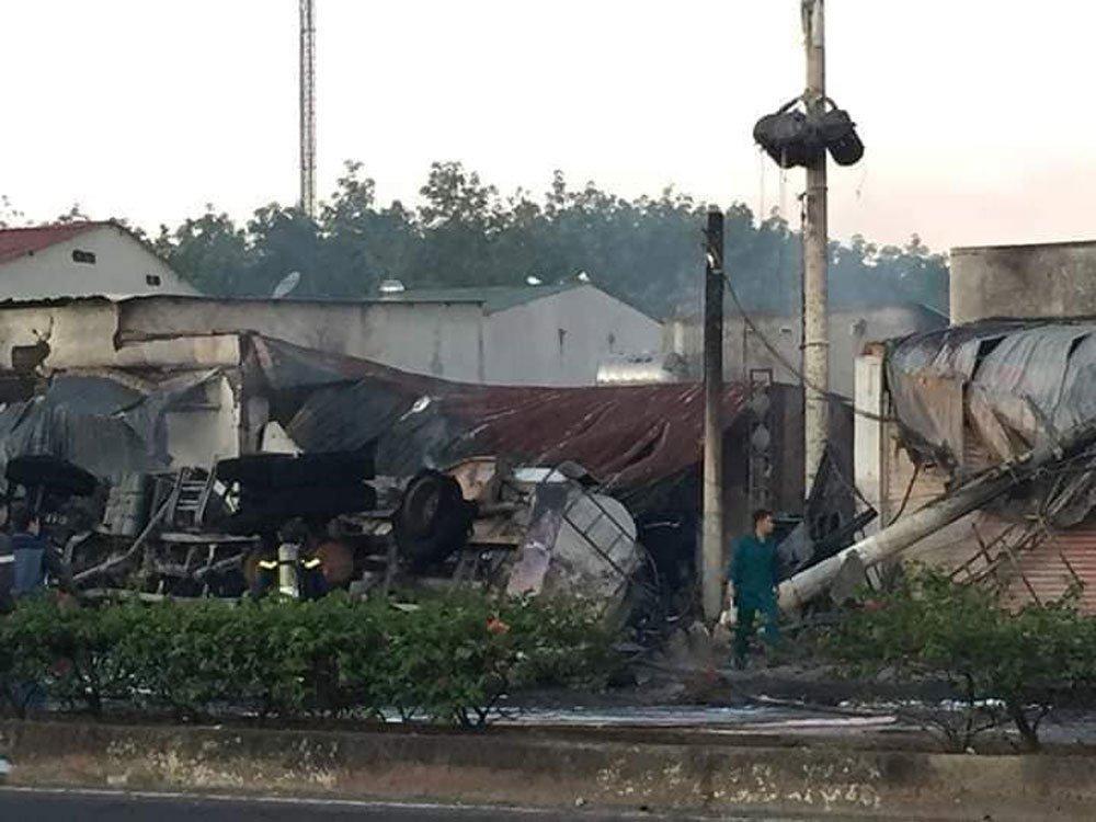 Xe bồn chở xăng gây cháy cả khu phố, 6 người chết-4