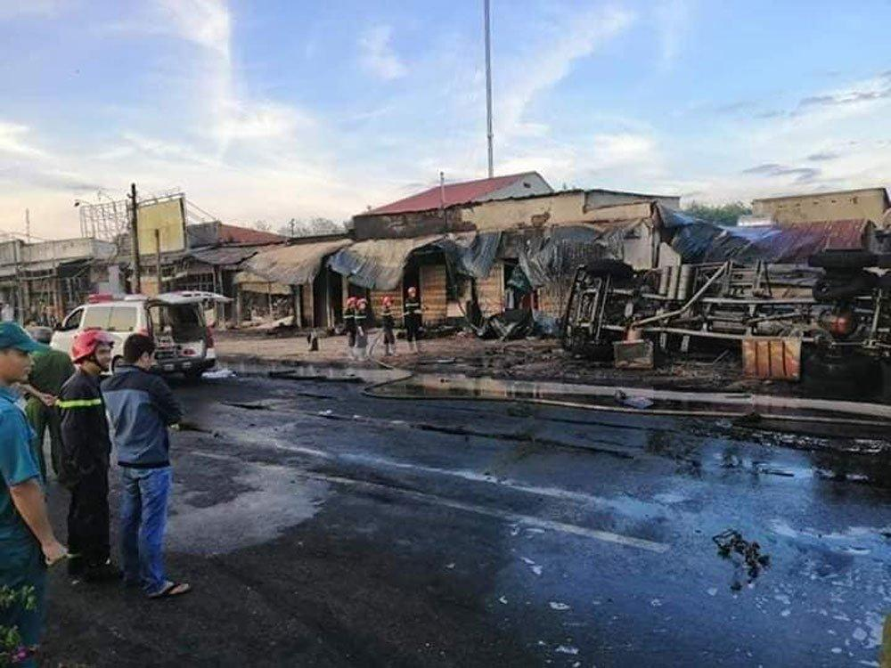 Xe bồn chở xăng gây cháy cả khu phố, 6 người chết-5