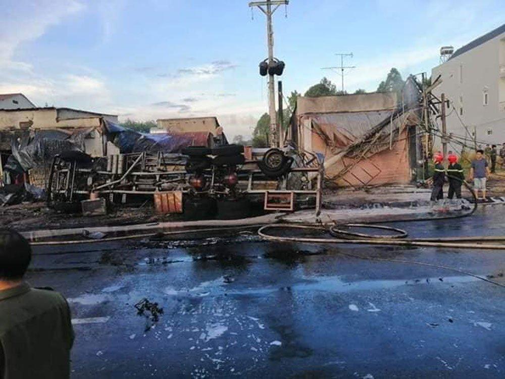 Xe bồn chở xăng gây cháy cả khu phố, 6 người chết-6