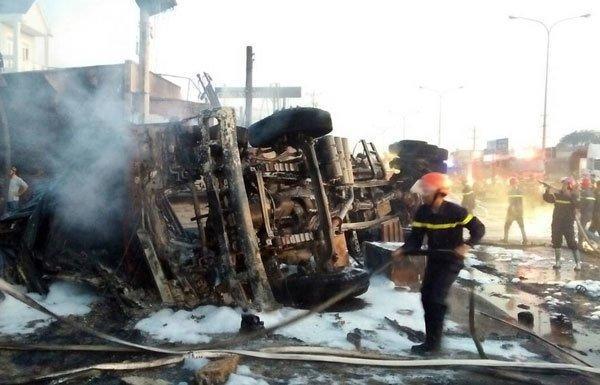 Xe bồn chở xăng gây cháy cả khu phố, 6 người chết-7
