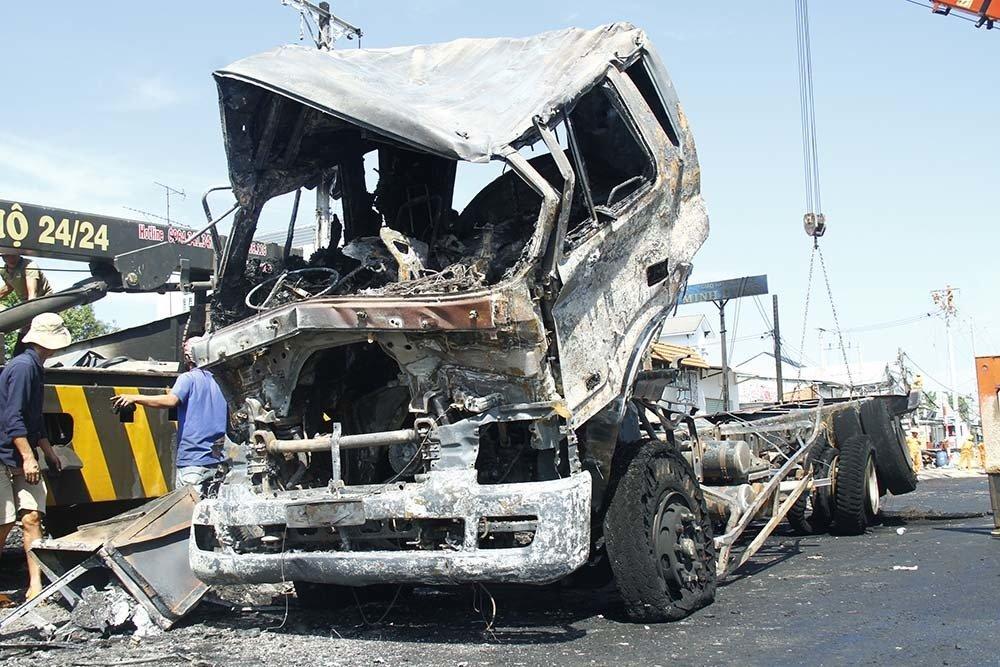 Hiện trường vụ cháy xe bồn chở xăng 6 người chết: Mọi thứ đều biến dạng-6