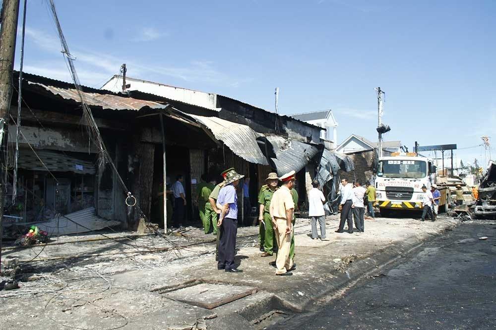 Hiện trường vụ cháy xe bồn chở xăng 6 người chết: Mọi thứ đều biến dạng-13
